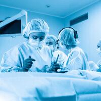 Des médecins tentent de sauver une personne atteinte de pneumonie suite au virus de la COVID-19 (Crédit : iStock)