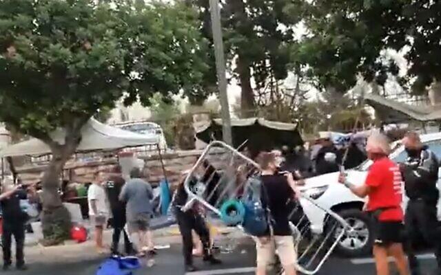 La police et les inspecteurs municipaux s'affrontent avec des manifestants près de la résidence officielle du Premier ministre Benjamin Netanyahu, Jérusalem, le 13 juillet 2020. (Capture d'écran/Twitter)