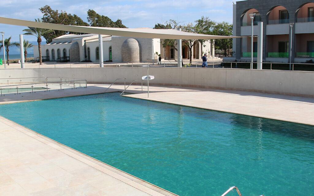 La piscine de la chambre d'hôtes Magdala dans le nord d'Israël, près du sentier de randonnée Eli Cohen (Crédit : Shmuel Bar-Am)
