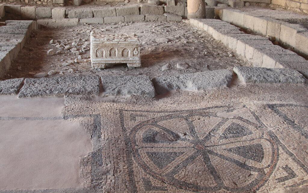 Une synagogue partiellement rénovée avec un sol en mosaïque à la chambre d'hôtes Magdala, dans le nord d'Israël, près du sentier de randonnée Eli Cohen (Crédit : Shmuel Bar-Am)