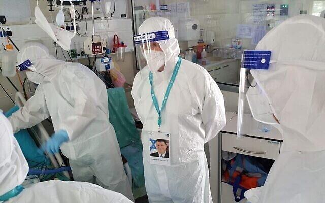 Le ministre de la Santé Yuli Edelstein rend visite à des patients dans une unité de coronavirus au centre médical Yitzhak Shamir à Tzrifin, le 23 juillet 2020. (Crédit : ministère de la Santé)