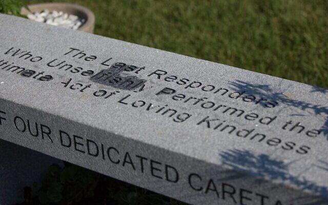 Le mémorial COVID-19 installé dans les cimetières juifs de Baker Street à Boston, Massachusetts, le 12 juillet 2020. (Elan Kawesch/The Times of Israel)