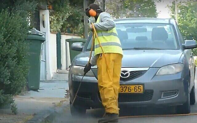 Pulvérisation de désherbant das une rue d'Israël. (Capture écran/YouTube)