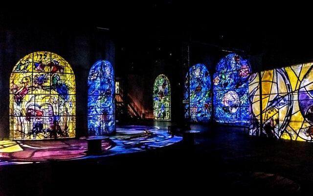 Des vitraux de Marc Chagall, présentés à l'Atelier des Lumières de Paris. (Crédit : Atelier des Lumières)
