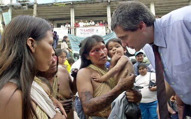 L'avocat Steven Donziger, à droite, parle à des femmes Huaorani au cours du premier jour du procès intenté contre Chevron-Texaco, à Lago Agrio, le 21 octobre 2003 (Crédit :  AP Photo/Dolores Ochoa)