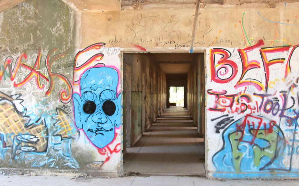 Des graffitis dans un ancien quartier-général militaire syrien dans le nord d'Israël dans lequel Eli Cohen se rendait en tant qu'espion (Crédit : Shmuel Bar-Am)
