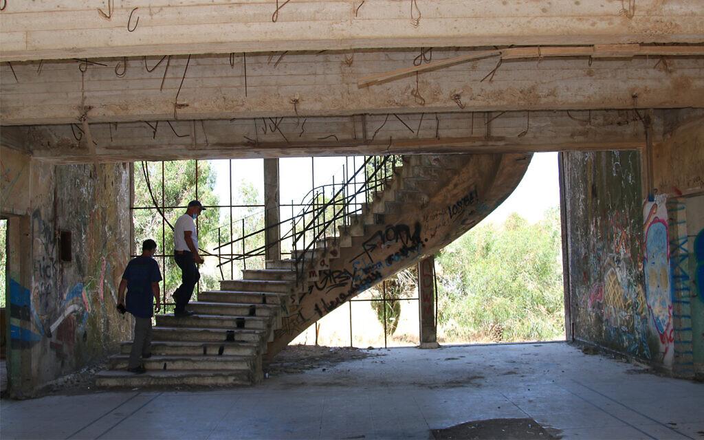 Un escalier en spirale dans un ancien quartier-général militaire syrien, près de Quneitra, dans le nord d'Israël (Crédit : Shmuel Bar-Am)