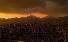 Une vue de Téhéran au crépuscule (Crédit : Omid Armin on Unsplash)