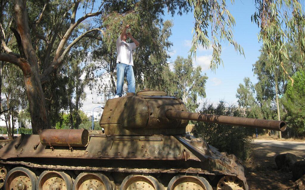 L'avant-poste militaire syrien de Tel Faher, avec des eucalyptus qui auraient été plantés sur suggestion d'Eli Cohen (Crédit : Shmuel Bar-Am)