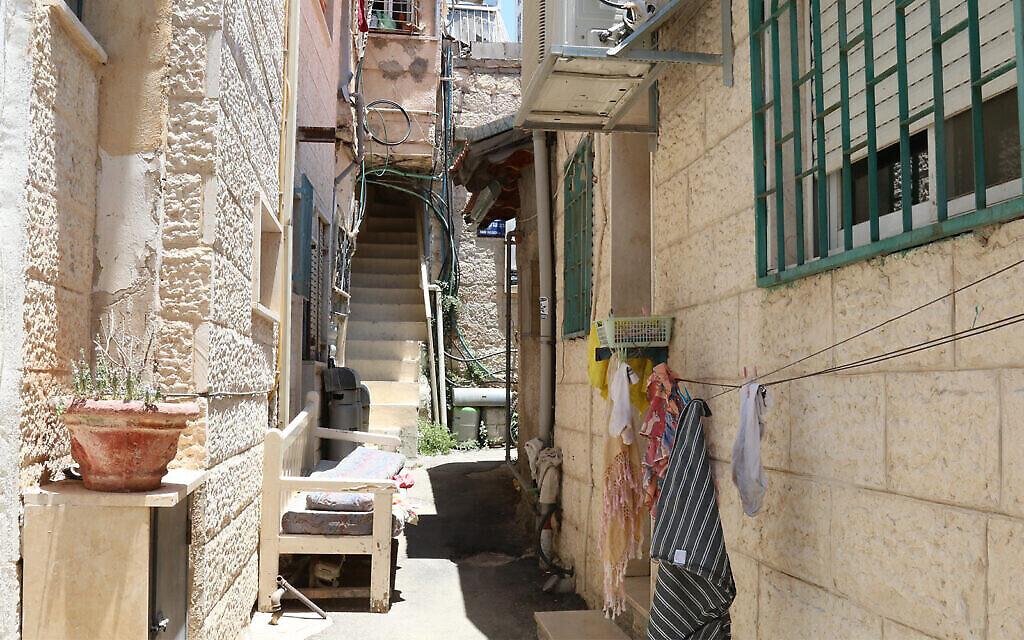 Une ruelle étroite typique du quartier Shaarei Rahamim à Nahlaot, à Jérusalem (Crédit : Shmuel Bar-Am)