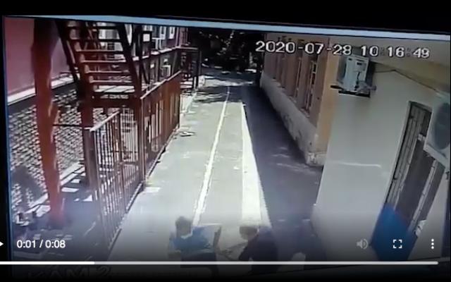 Le garde d'une synagogue en Ukraine fait fuir un agresseur armé d'une hache. (Capture d'écran vidéo surveillance)