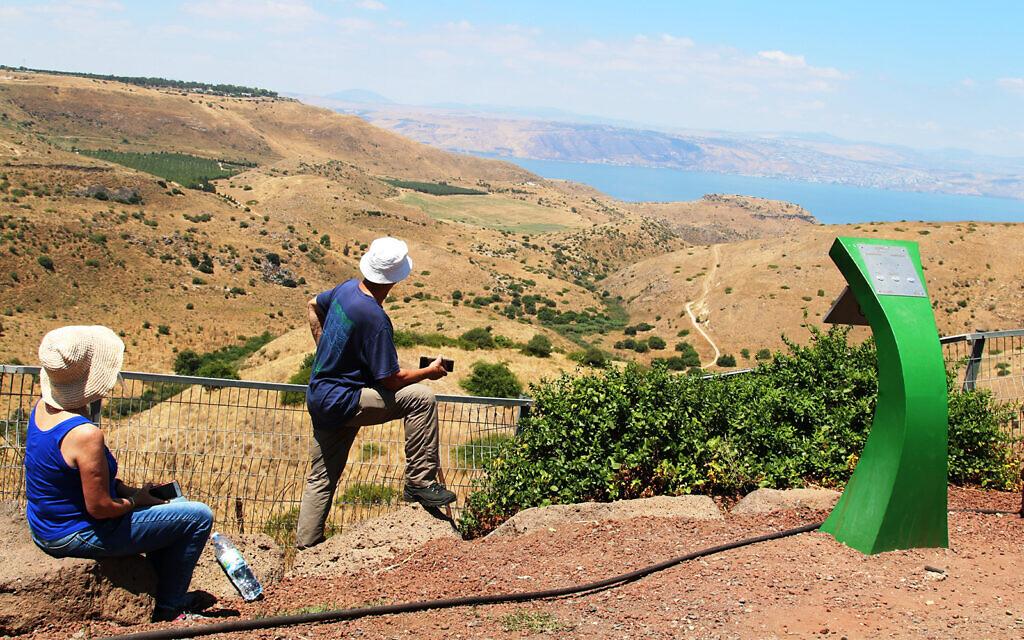 La vue du lac de Tibériade depuis un ancien club d'officier syriens visité par Eli Cohen dans le nord d'Israël (Crédit : Shmuel Bar-Am)