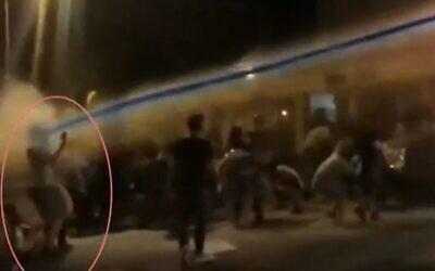 Le moment où un manifestant est touché au visage par un jet de liquide provenant d'un canon à eau lors d'une manifestation contre le Premier ministre Benjamin Netanyahu à Jérusalem, juillet 2020. (Capture d'écran/Douzième chaîne)