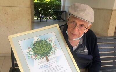 Le Prof. Sol Green avec son certificat du Keren Kayamet LeIsrael-Fonds national juif, qui lui a rendu hommage pour son 99e anniversaire en plantant 100 arbres en son nom, le 15 juillet 2020, Jerusalem. (Autorisation)