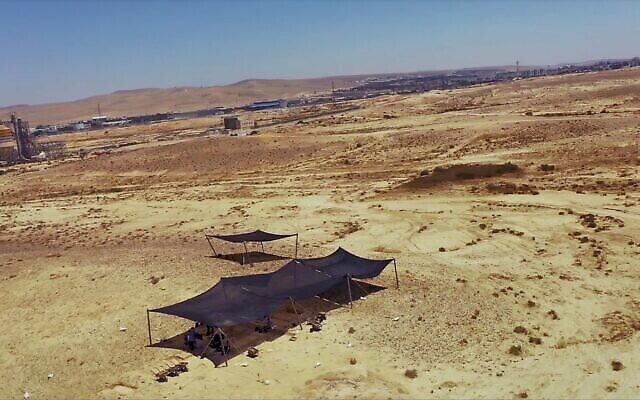 Vue aérienne d'un site unique de taille de silex à proximité de Dimona, dans le désert du Néguev, en Israël. (Emil Aladjem/Autorité israélienne des Antiquités)