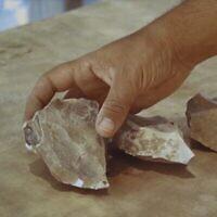 Des outils vieux de 100000 ans découverts sur un site de taille de silex près de Dimona, dans le désert du Néguev, en Israël. (Emil Aladjem/Autorité israélienne des Antiquités)