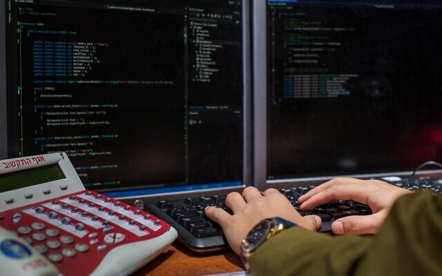 Illustration. Un soldat de l'armée israélienne du Corps C4I tape sur un ordinateur. (Armée israélienne)