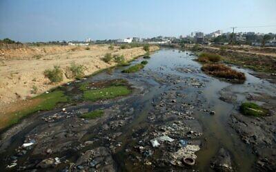 Des eaux usées s'écoulent près de la principale centrale électrique de la bande de Gaza servant le territoire palestinien dirigé par le Hamas, le 24 juin 2019 (Crédit :  MOHAMMED ABED / AFP)
