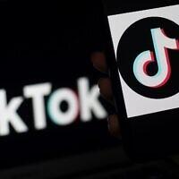 Photo d'illustration : Le logo de l'application de réseau social TikTok sur l'écran d'un téléphone mobile, le 13 avril 2020. (Crédit : Olivier DOULIERY / AFP)