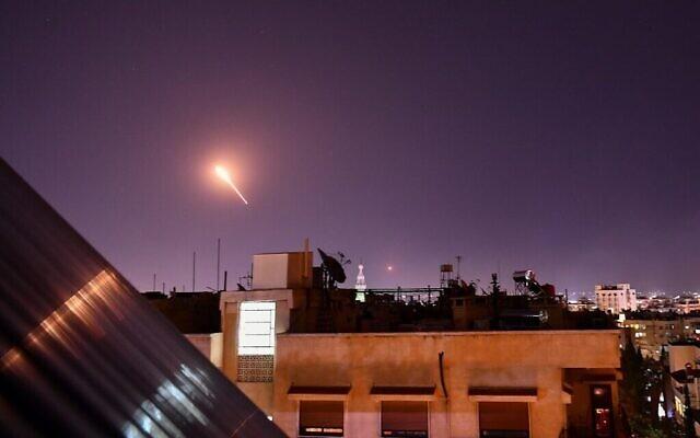 La défense aérienne syrienne répond à des missiles israéliens présumés visant le sud de Damas, la capitale, le 20 juillet 2020. (Autorisation : AFP)