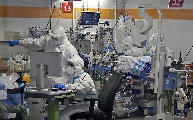 Des médecins travaillent avec des patients CoVid-19 dans l'unité d'isolement du centre médical Sheba à Ramat Gan, le 29 juillet 2020. (Autorisation : JACK GUEZ / AFP)