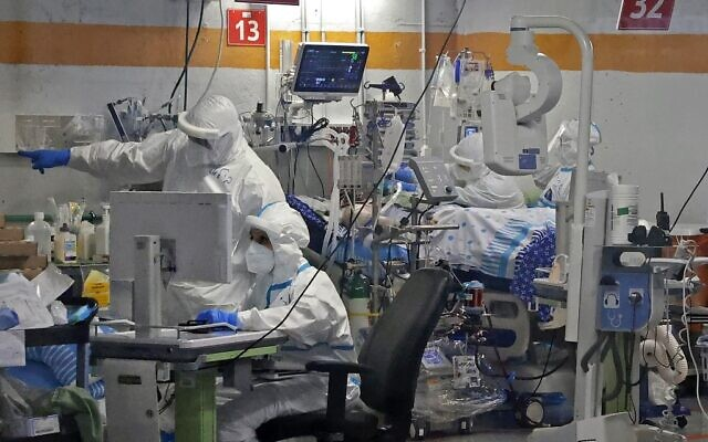 Des médecins travaillent avec des patients atteints de COVID-19 dans le service d'isolement du centre médical Sheba à Ramat Gan, le 29 juillet 2020. (JACK GUEZ / AFP)