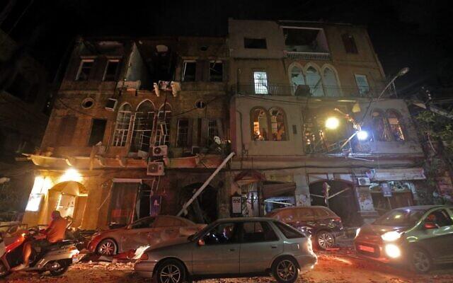 Cette photo prise le 4 août 2020, montre une vue d'ensemble de la destructions dans une rue du centre de la capitale du Liban, après une explosion massive dans la zone du port de Beyrouth. (Photo par STR / AFP)