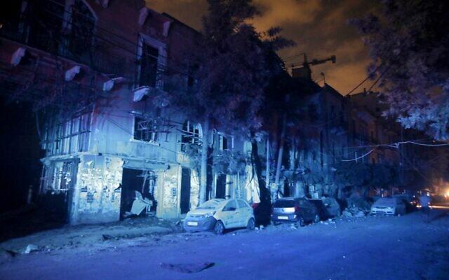 Des bâtiments et de voitures partiellement détruits dans le quartier de Mar Mikhael après l'explosion au port de Beyrouth, le 4 août 2020. (Photo par PATRICK BAZ / AFP)