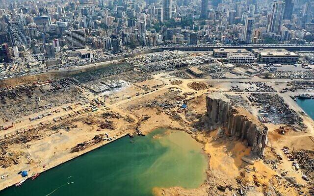 Une vue aérienne partielle, le 7 août 2020, du port de Beyrouth et du cratère causé par l'explosion colossale, trois jours plus tôt, d'un énorme tas de nitrate d'ammonium qui avait croupi pendant des années dans un entrepôt portuaire, a fait des dizaines de morts et de blessés et a causé des ravages dans la capitale libanaise. (AFP)