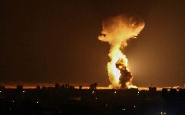 De la fumée et des flammes provoquées par des frappes aériennes israéliennes près de la ville de Rafah, au sud de la bande de Gaza, le 12 août 2020. (SAID KHATIB / AFP)