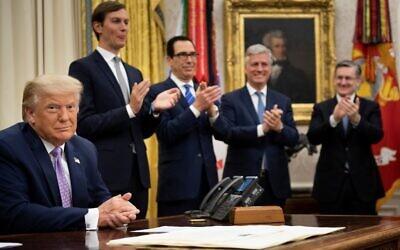 (De gauche à droite, à l'arrière) Le conseiller présidentiel principal Jared Kushner, le secrétaire au Trésor Steven Mnuchin et le conseiller à la sécurité nationale Robert O'Brien applaudissent le président Donald Trump après l'annonce d'un accord entre les Émirats arabes unis et Israël visant à normaliser les relations diplomatiques, à la Maison Blanche, le 13 août 2020. (Brendan Smialowski / AFP)