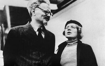 Cette photo prise en 1937 montre le leader révolutionnaire soviétique  Lev Davidovitch Bronstein (gauche), mieux connu sous le nom de Leon Trotsky, et sa femme Natalia Sedova à Mexico.  (Photo par - / AFP)