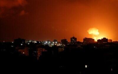 La fumée et les flammes après des frappes de l'aviation israélienne au-dessus de la ville de Gaza le 18 août 2020, en représailles d'une roquette tirée depuis Gaza vers Israël. (MAHMUD HAMS / AFP)