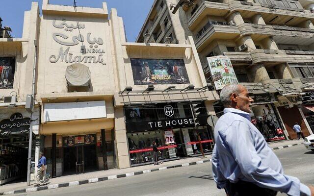 La salle de cinéma historique Miami dans la rue commerçante Talaat Harb dans le centre-ville du Caire, le 26 août 2020 . (Crédit : Khaled DESOUKI / AFP)