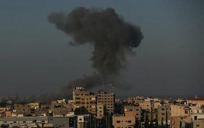 La fumée monte au loin après que des avions de Tsahal ont procédé à des frappes aériennes sur des cibles du Hamas près de la ville de Gaza le 28 août 2020 (MAHMUD HAMS / AFP)