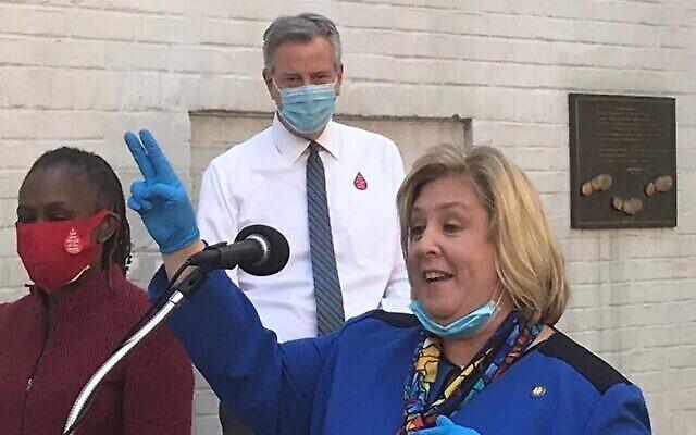 La députée de l'État de New York, Rebecca Seawright, fait un don de sang au maire de New York, Bill de Blasio, et à son épouse, Chirlane McCray, en mai 2020. (Avec l'aimable autorisation de Seawright.)