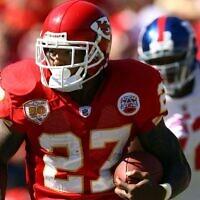 Le demi-offensif des Kansas Chiefs  Larry Johnson pendant un match à l'Arrowhead Stadium de Kansas City, dans le Missouri, le 4 octobre 2009 (Crédit :  Jamie Squire/Getty Images via JTA)