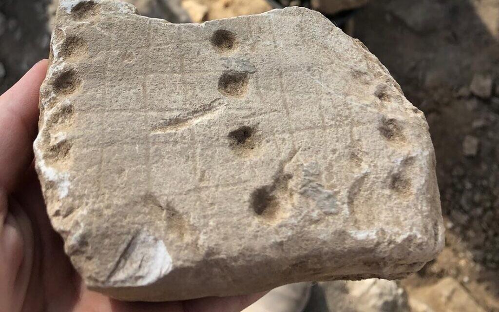 """Un jeu appelé """"Jeu du chien et du chacal"""" ou """"58 trous"""", découverts pendant les fouilles de l'Autorité israélienne des antiquités à Rahat, une ville bédouine du désert du Negev (Crédit :  Emil Aladjem/Autorité des antiquités israéliennes)"""