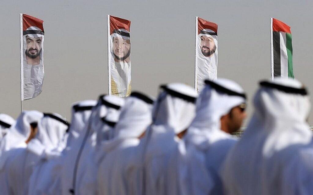 Des hommes émiratis exécutent une danse traditionnelle devant des drapeaux à l'effigie du prince héritier d'Abou Dhabi, le cheikh Mohammed bin Zayed al-Nahyan, le 9 février 2016 (AFP / Karim Sahib / File)