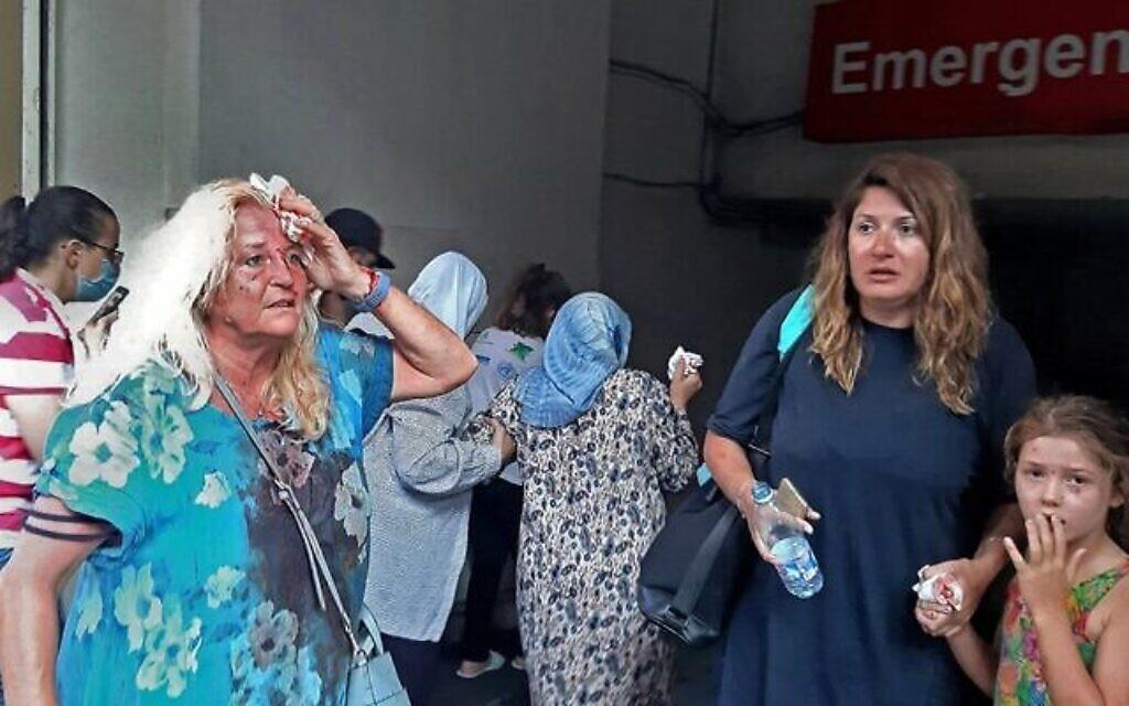 Valarie Fakhoury, une ressortissante britannique, avec sa fille libanaise et sa petite-fille aux abords des urgences d'un hôpital du centre de Beyrouth après l'explosion qui a touché la capitale libanaise, le 4 août 2020. (Crédit : Janine HAIDAR / AFP)