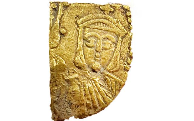 Un fragment byzantin retrouvé lors de fouilles dans le centre d'Israël. (Autorisation : Israel Antiquities Authority)