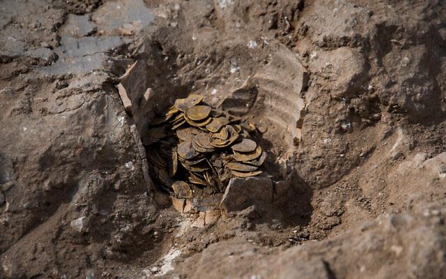 Des pièces d'or retrouvées lors de fouilles archéologiques dans le cnetre d'Israël. (Crédit : Yoli Schwartz/Israel Antiquities Authority)