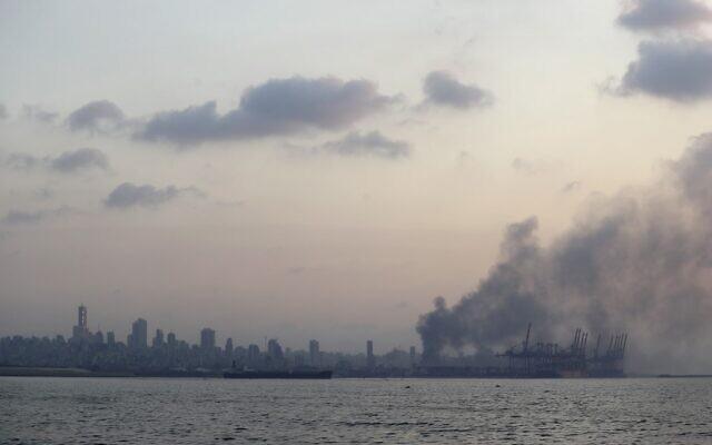 Une photo prise depuis la route côtière, dans la banlieue nord de Beyrouth, montre un nuage de fumée s'élever après une explosion dans la capitale libanaise, le 4 août 2020. (Crédit :  JOSEPH EID / AFP)