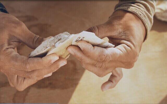 Des outils vieux de 100 000 ans découverts sur un site unique de taille de silex près de Dimona, dans le désert du Néguev, en Israël. (Emil Aladjem/Autorité israélienne des Antiquités)
