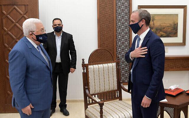 Le chef de la diplomatie britannique  Dominic Raab rencontre le président de l'Autorité palestinienne Mahmoud Abbas à Ramallah, en Cisjordanie, le 25 août 2020. (Crédit : WAFA)
