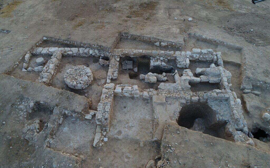Les fouilles menées par l'Autorité israélienne des antiquités sur le site où se trouvait la plus ancienne usine de savon en Israël, à Rahat, une ville bédouine du désert du Negev (Crédit : Emil Aladjem/Autorité israélienne des antiquités)