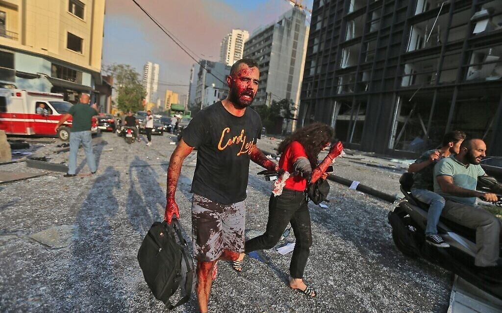 Des blessés aux abords du site d'une explosion près du port de Beyrouth, capitale du Liban, le 4 août 2020. (Crédit : STR / AFP)