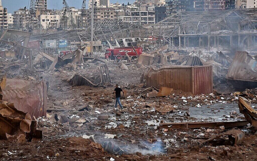 Des blessés marchent aux abords du site d'une explosion dans le port de la capitale libanaise Beyrouth, le 4 août 2020. (Crédit : STR / AFP)