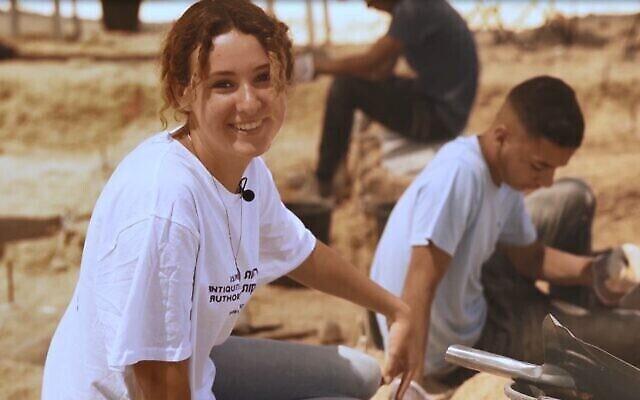 Une lycéenne de Dimona fouille sur le site de silex vieux de 100000 ans, à proximité de Dimona, dans le désert du Néguev, en Israël. (Emil Aladjem/Autorité israélienne des Antiquités)