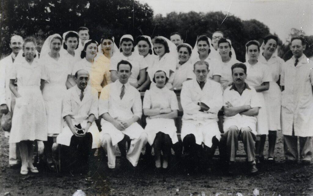 Médecins et infirmières de l'équipe médicale s'occupant des détenus juifs internés à Maurice. (Avec l'aimable autorisation de Ghetto Fighters' House Archives, Israël)